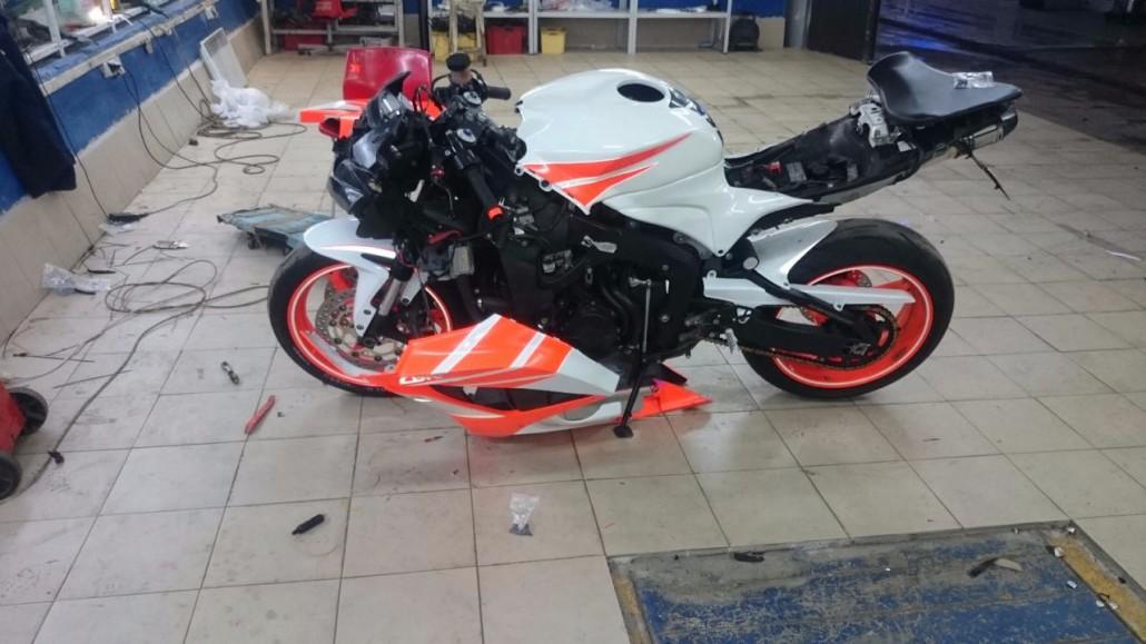 мотоцикл украшенный пленкой